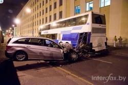 Mercedes R-класса на большой скорости сбил туристический автобус